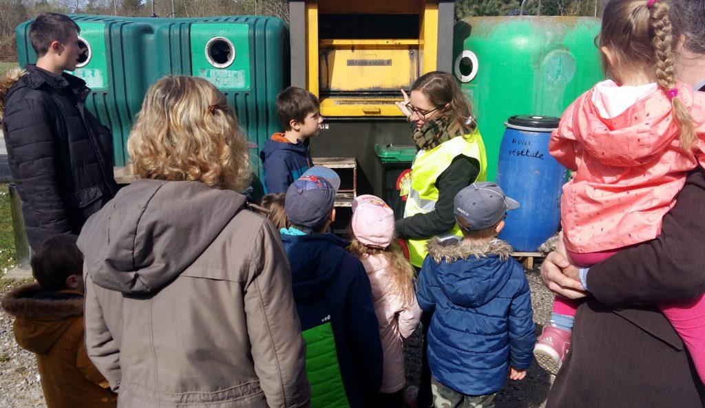 Marilou Angénieux, ambassatrice du tri de la collectivité, explique le tri aux enfants