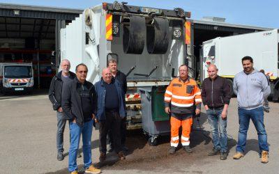 Un camion de lavage pour les bacs de collecte des déchets